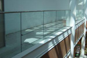 מעקות זכוכית - ד