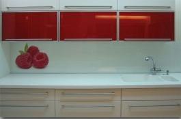 """חיפוי קיר למטבח דוגמת פטל אדום - ד""""ר זכוכית"""