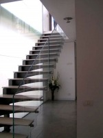 """מעקה מרחף על מדרגות זיזיות - ד""""ר זכוכית"""