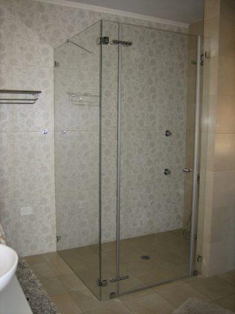 """מקלחון בעל שלושה קיבועים ודלת - ד""""ר זכוכית חולון"""