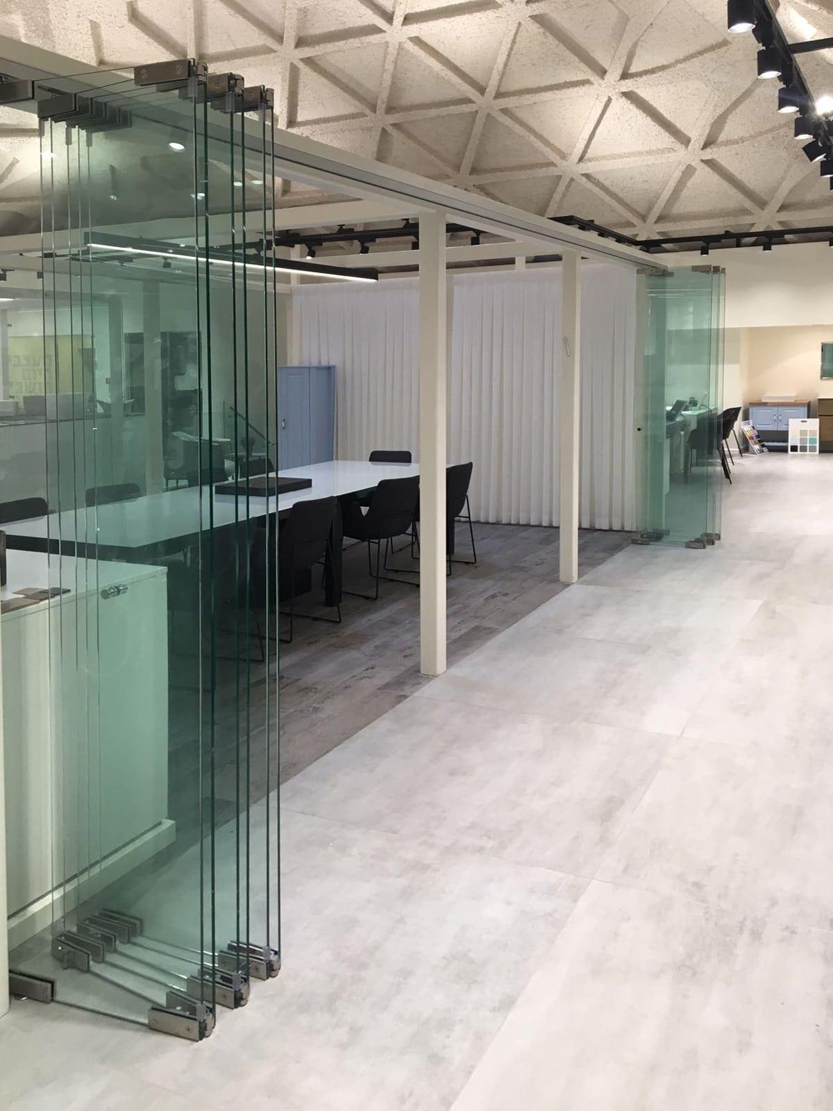 יתרונותהן של מעקות זכוכית במשרד