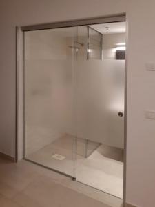 מקלחוני זכוכית במגוון דגמים מעוצבים - ד