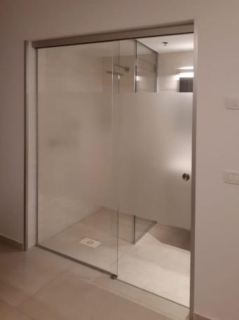 """מקלחוני זכוכית בהתאמה אישית - ד""""ר זכוכית"""